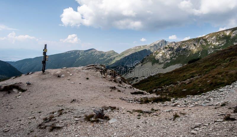 Sedlo de Ziarske com guidepost e picos no fundo em montanhas ocidentais de Tatras em Eslováquia foto de stock