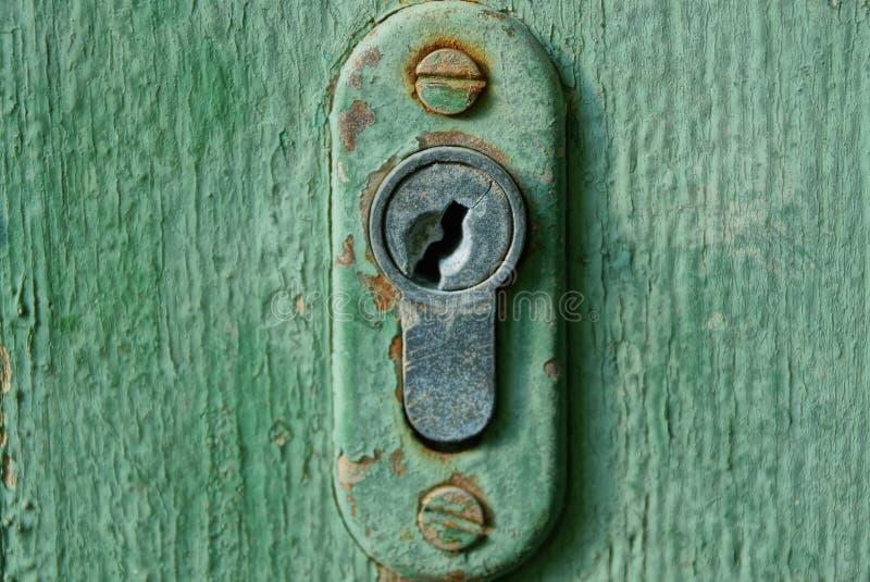 sedno w starym keyhole na zielonym drewnianym drzwi obrazy royalty free