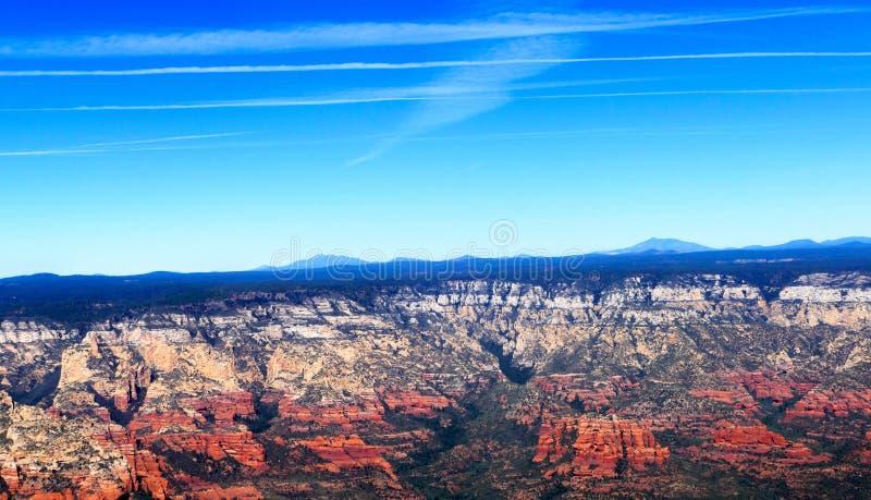 Sedona亚利桑那的红色岩层的空中图象 免版税图库摄影