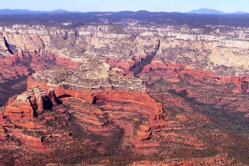 Sedona亚利桑那的红色岩层的空中图象 库存照片