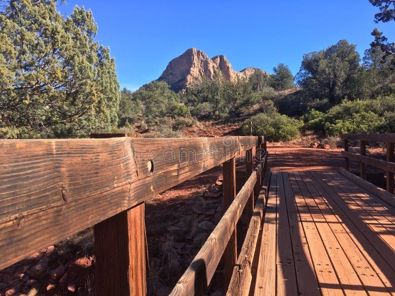 Download Sedona Rode Rots Wandelingsslepen Stock Foto - Afbeelding bestaande uit landschap, hemel: 107708514