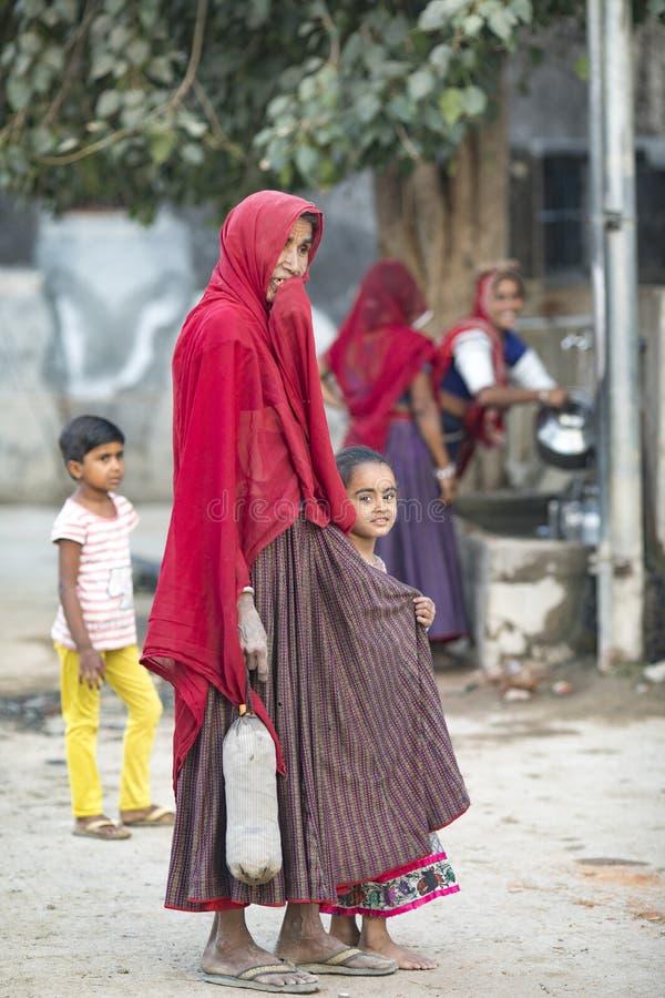SEDUA РАДЖАСТХАН, 4-ОЕ ЯНВАРЯ 2018: Неопознанная сельская индийская девушка снести воду на их головах в традиционных баках от кол стоковое фото