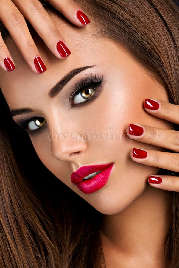 Free Seductive Woman With Dark Brown Eye Makeup And Bright Red Lips And Nails Stock Images - 157548164