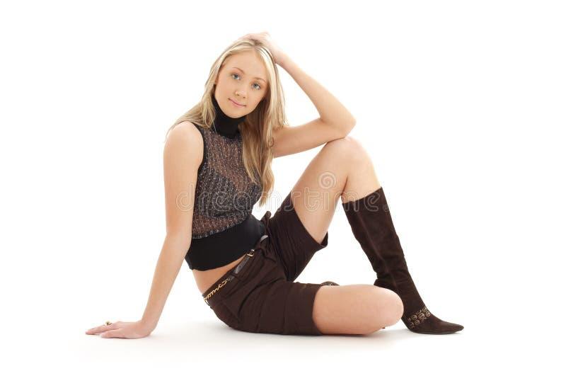 Seduta bionda negli shorts marroni fotografie stock