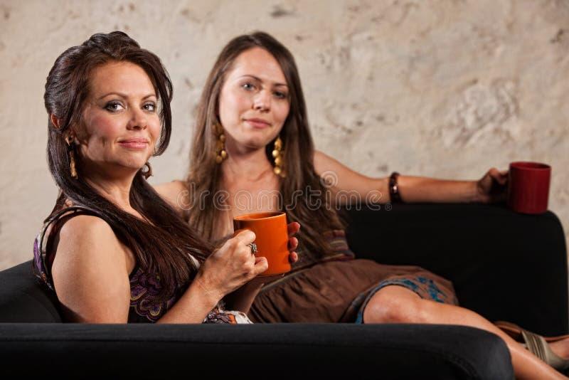 Seduta calma sorridente delle donne immagine stock