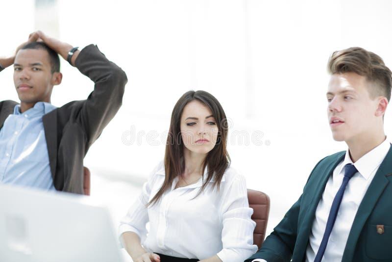 Seduta del gruppo di affari triste e risolvere problema in ufficio fotografie stock libere da diritti