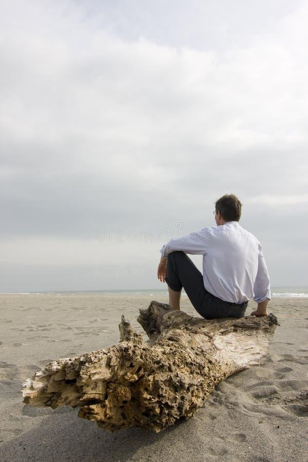 seduta dell'uomo d'affari della spiaggia fotografie stock libere da diritti
