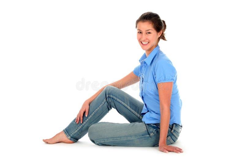 Download Seduta della giovane donna immagine stock. Immagine di bello - 3881047