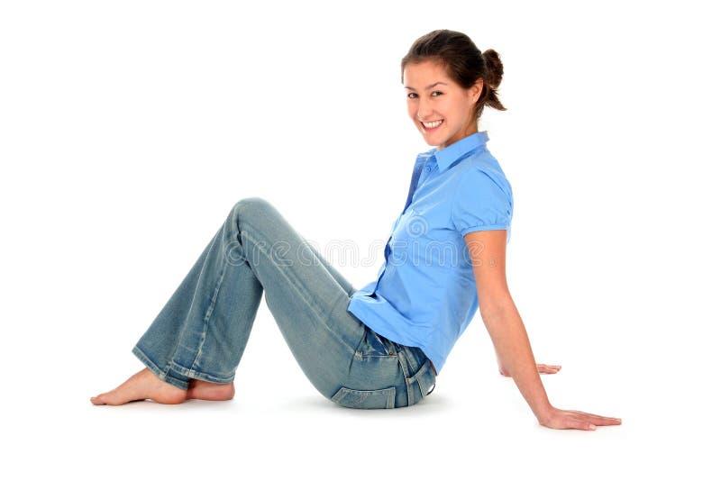 Download Seduta della giovane donna fotografia stock. Immagine di bello - 3881056