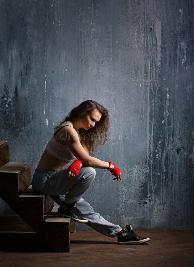 Seduta della ragazza di sport fotografie stock libere da diritti