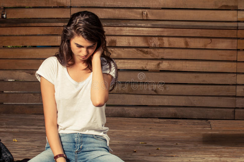 Seduta di modello femminile giovane e sveglia immagine stock libera da diritti