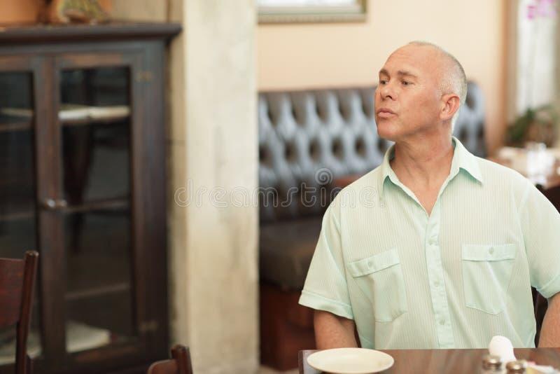 Seduta e gettare uno sguardo dell'uomo fotografie stock libere da diritti