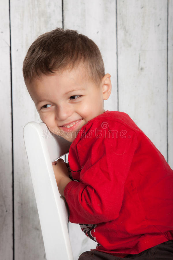 Seduta felice del ragazzo immagine stock libera da diritti