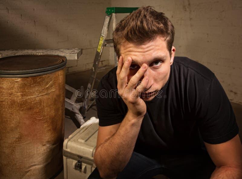 Download Seduta infelice dell'uomo immagine stock. Immagine di cassa - 30827619
