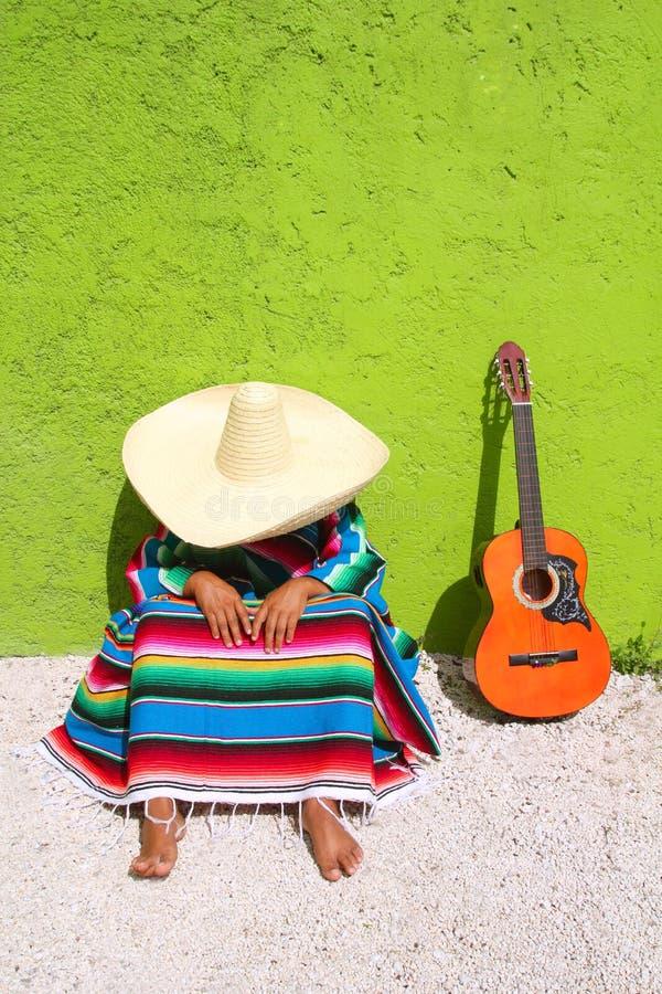 Seduta messicana tipica pigra dell'uomo del sombrero del pelo fotografie stock libere da diritti