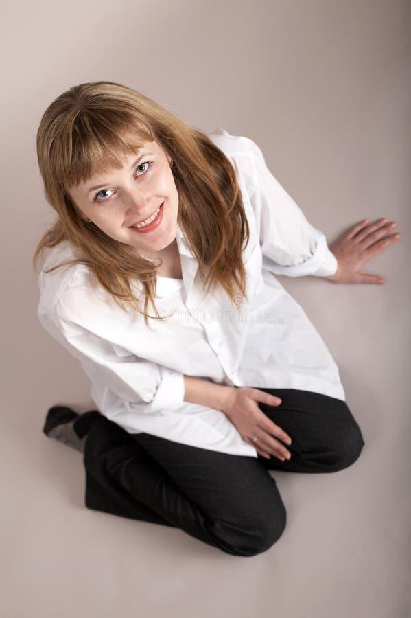Seduta piacevole della ragazza fotografia stock
