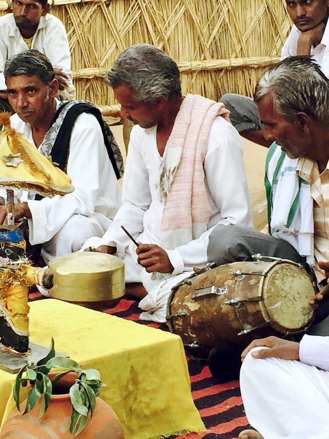 Seduta rurale Perform dei musicisti dell'India sul pavimento immagini stock
