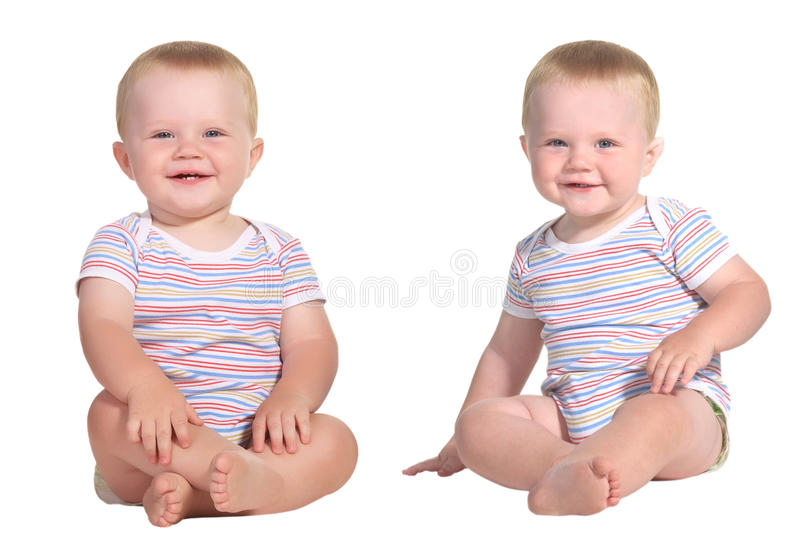 Seduta sorridente dei gemelli del bambino immagini stock