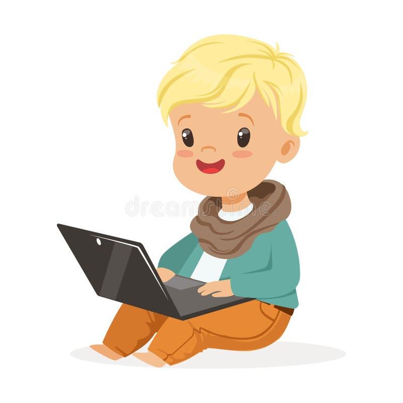 Seduta sveglia del ragazzino e computer portatile usando per giocare Vettore variopinto di tecnologia moderna del personaggio dei illustrazione vettoriale