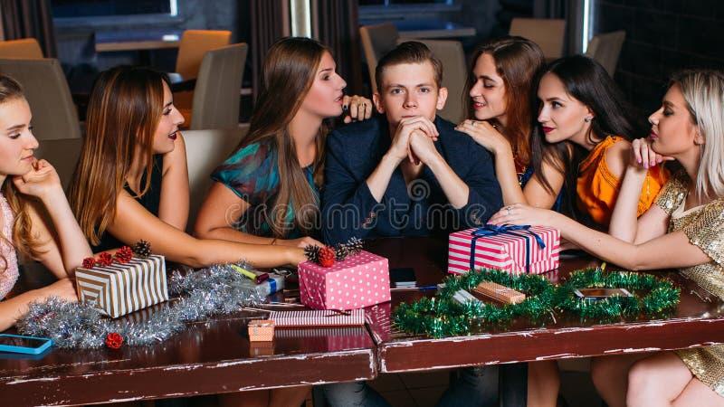 Seduzione alla festa di Natale Umore allegro fotografia stock