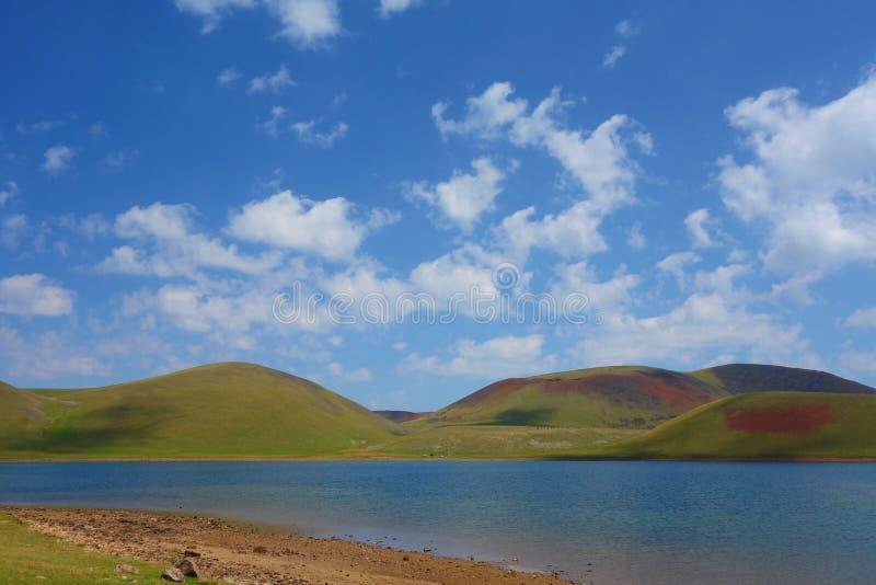 See Akna umgeben durch Geghama-Berge auf einem Wanderweg, der von Azhdahak-Vulkan in Armenien führt stockfotos