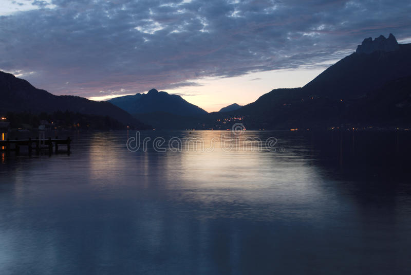 See Annecy an der Dämmerung lizenzfreies stockbild