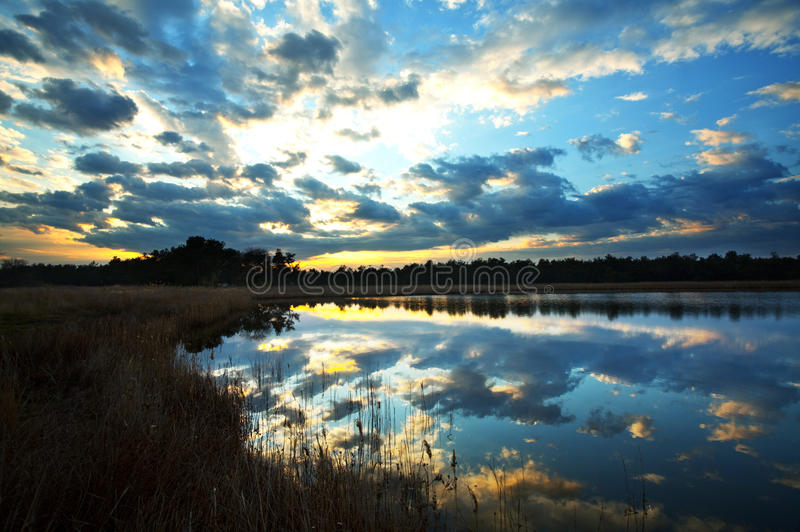See auf dem Sonnenuntergang lizenzfreies stockbild