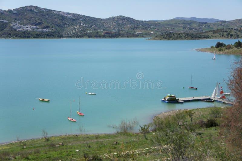 See, Berge und blauer Himmel im La Viñuela, MÃ-¡ laga, Spanien lizenzfreie stockfotografie