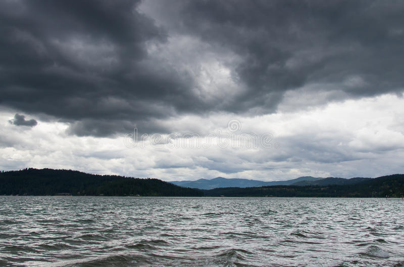 See Coeur-d Alene mit dem Sturm obenliegend lizenzfreie stockfotos