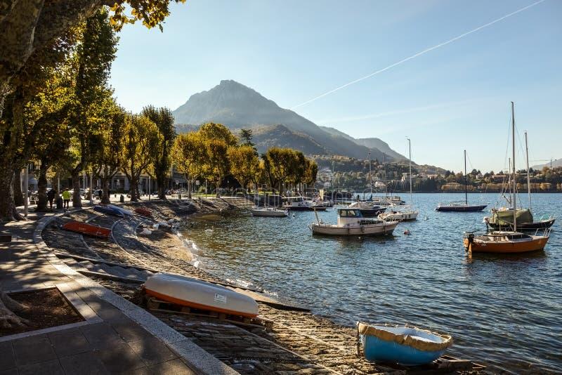 SEE COMO, ITALY/EUROPE - 29. OKTOBER: Boote auf See Como Lecco stockfotografie