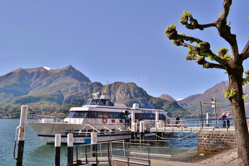 See Como-Passagierschiff wird am Bellagio-Hafen an einem sonnigen April-Tag angekoppelt stockbild