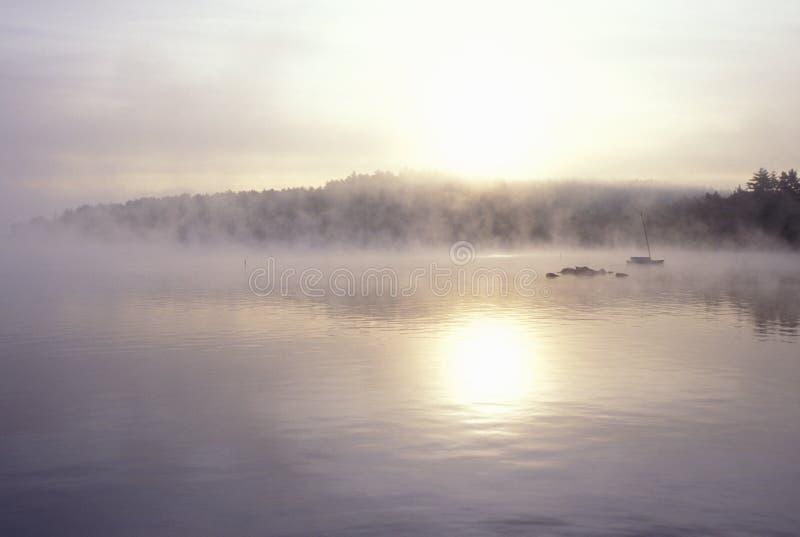 See eingehüllt in Autumn Morning Fog, Squam See, New Hampshire lizenzfreie stockfotografie