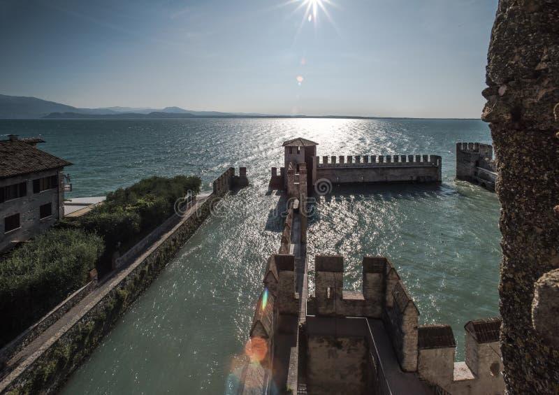 See Garda Sirmione Schließen Sie Skaligerov zu stockfotografie