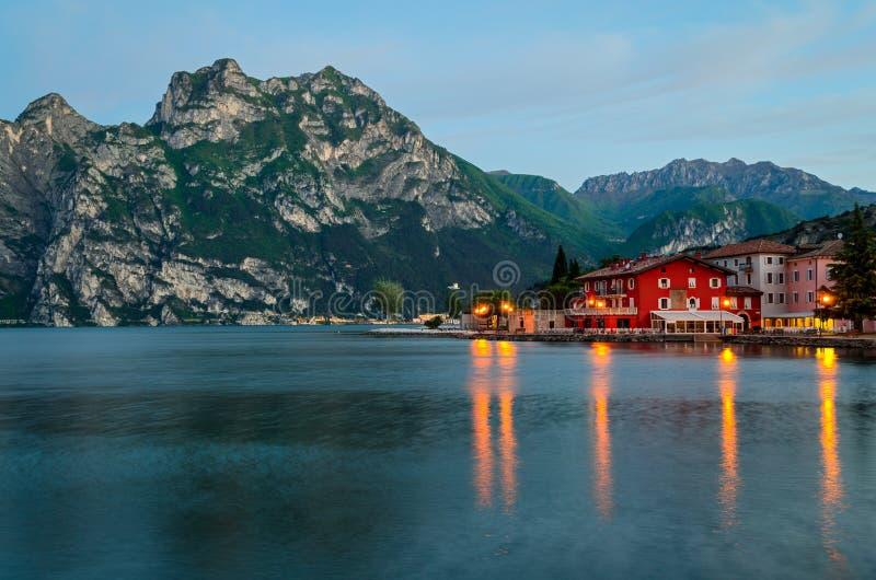 See Garda, Stadt von Torbole (Trentino, Italien) am frühen Morgen lizenzfreie stockbilder