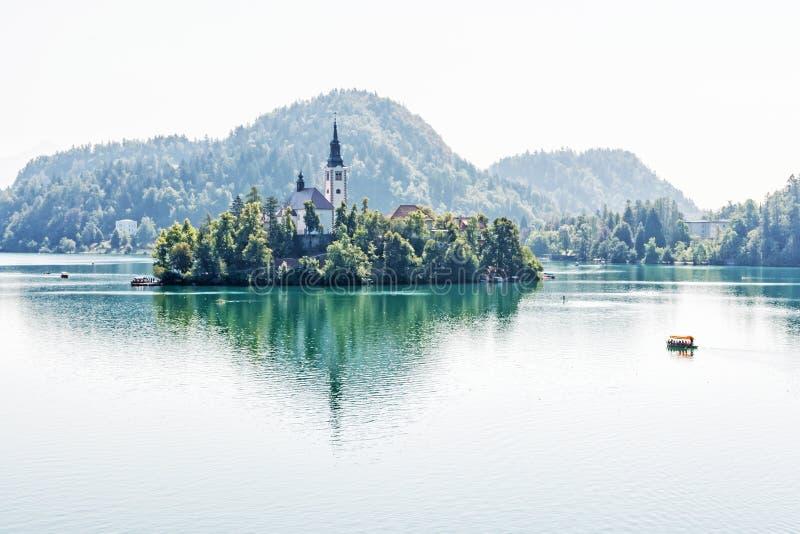 See geblutet mit Annahme von Mary Pilgrimage Church, Slowenien lizenzfreie stockfotografie