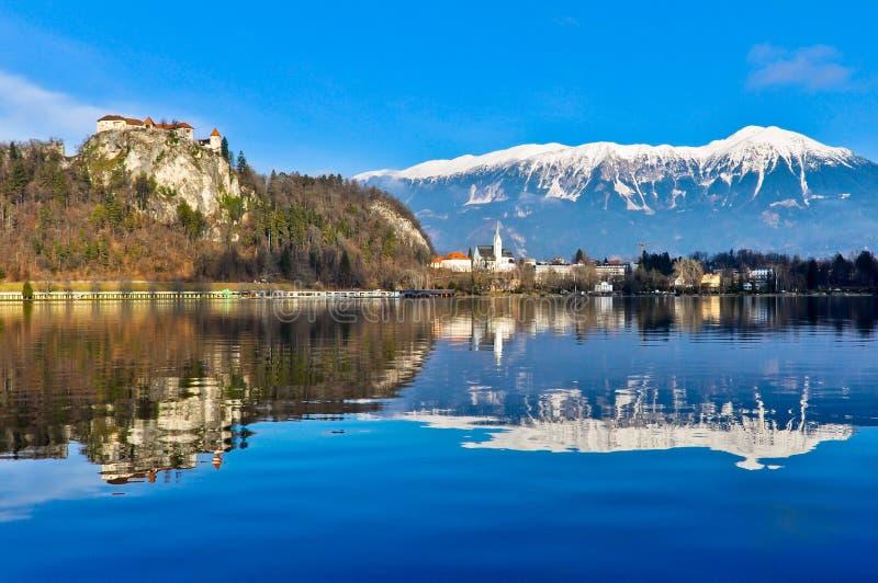 See geblutet mit Bergen herum stockbilder