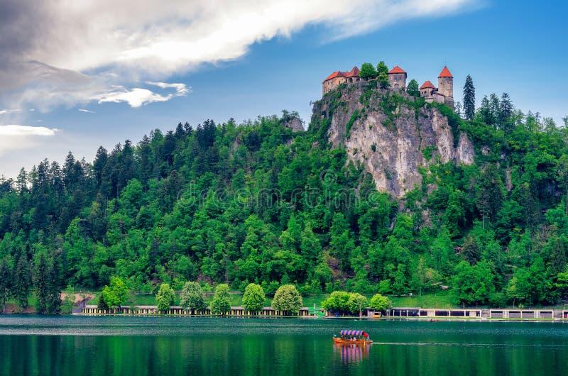 See geblutet mit Schloss in Slowenien stockfotografie