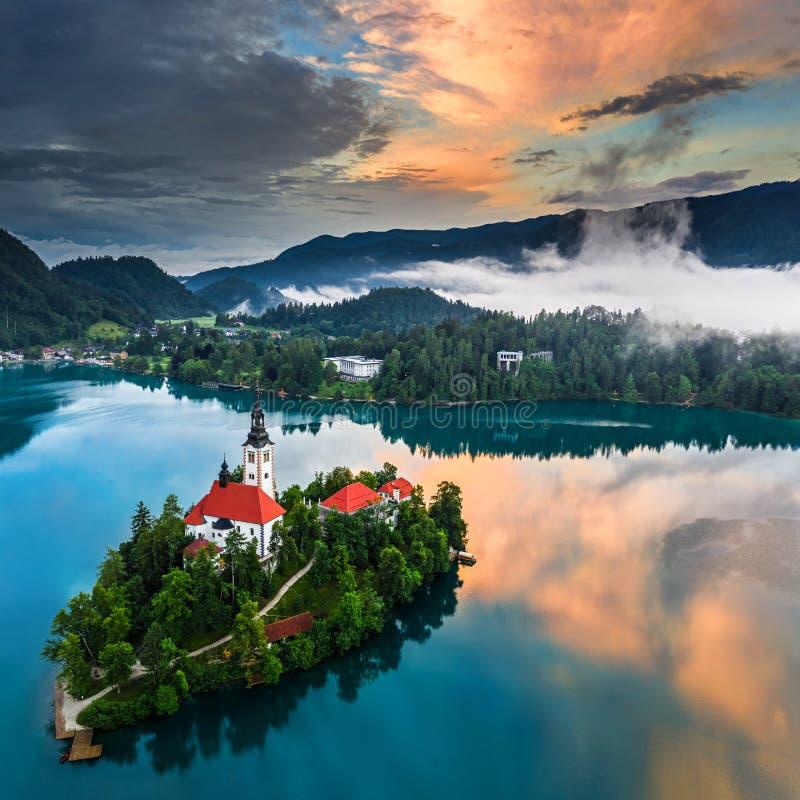 See geblutet, Slowenien - schöne Vogelperspektive von See ausgeblutetem Blejsko Jezero mit der Pilgerfahrt-Kirche der Annahme von lizenzfreies stockfoto