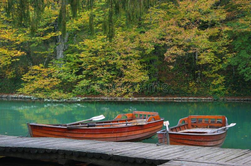 See im Wald mit Boot im Nationalpark Plitvice, Kroatien lizenzfreie stockfotografie