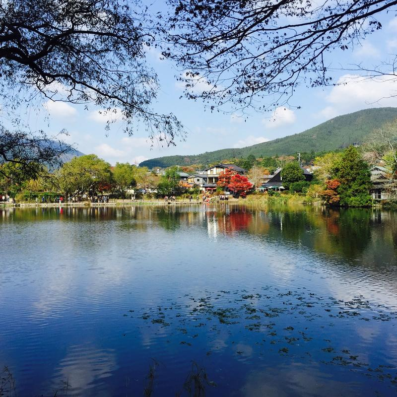 See-Kinrin-Knock out in Yufuin Japan mit Autumn Leaves stockfotos