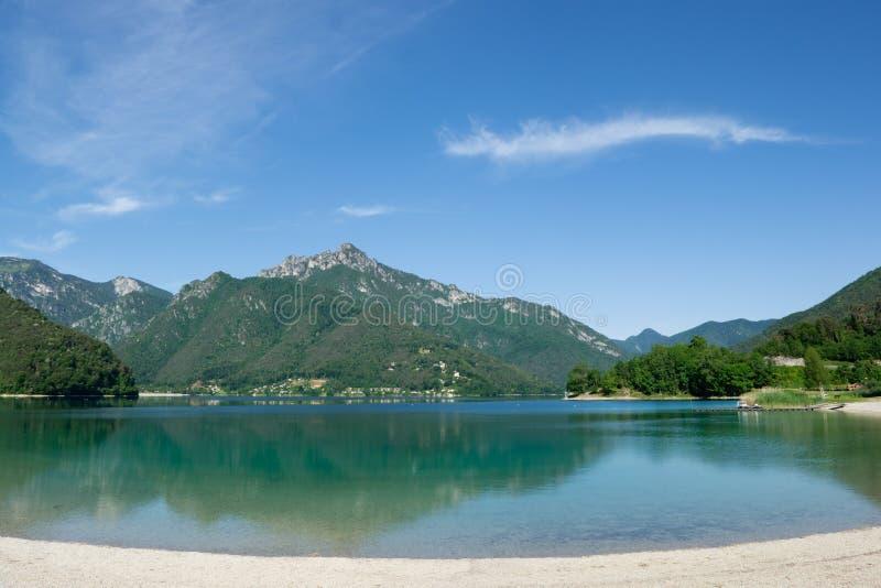 See Ledro mit den Bergen, die im Wasser sich reflektieren Trento, Italien lizenzfreie stockbilder