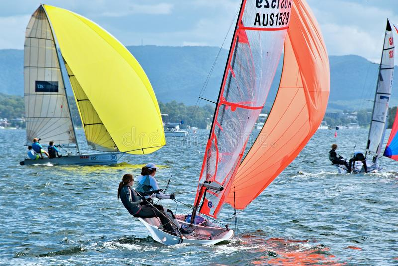 SEE MACQUARIE, AUSTRALIEN 17. April 2013 Kombinierte Highschool Segeln-Meisterschaften lizenzfreie stockbilder