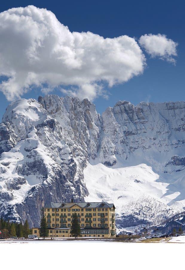 See Misurina im Winter Die Schneedecken das Eis des Sees Sorapis-Berg im Hintergrund stockbilder