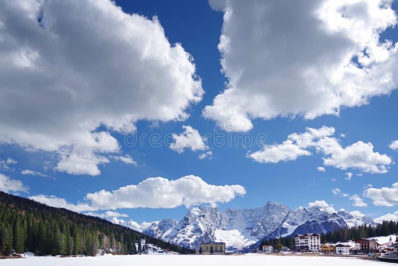 See Misurina im Winter Die Schneedecken das Eis des Sees Sorapis-Berg im Hintergrund stockfoto