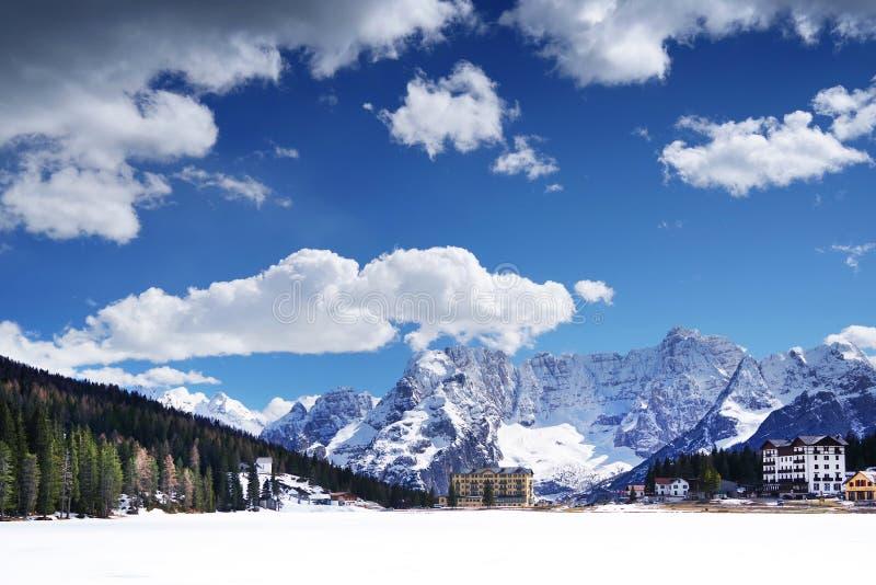 See Misurina im Winter Die Schneedecken das Eis des Sees Sorapis-Berg im Hintergrund lizenzfreie stockbilder