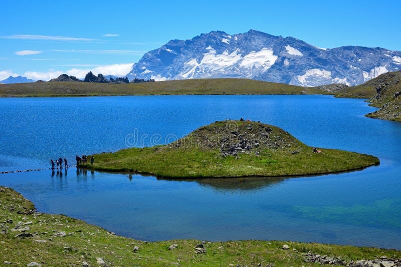 See mit einer merkwürdigen Forminsel in den italienischen Alpen stockfoto