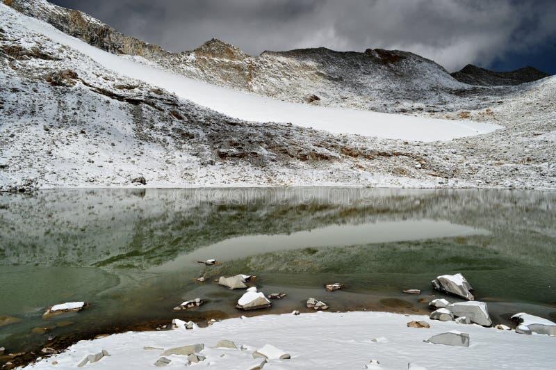 See mit Schneegebirgsreflexionen stockbilder