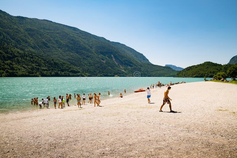 See Molveno, gewählt den meisten schönen See in Italien lizenzfreie stockbilder