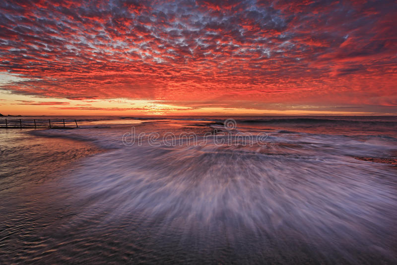 See-Mona Vale Flat Wave Red-Himmel stockfotos