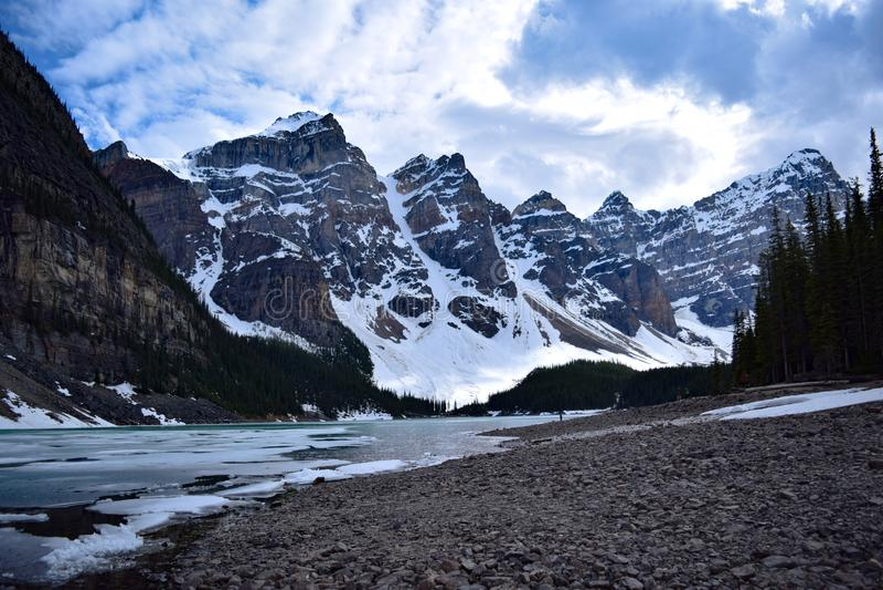 See-Moraine an einem kalten Spätfrühlingstag lizenzfreies stockfoto